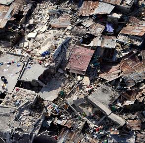 subieron sobre los techos de las casas, pero los armazones y las vigas se hundieron;