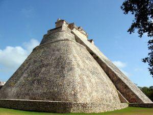 Uxmal_Piramide del Enano  Sybz  GFDL BY-  Wikimedia Commons