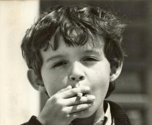 Niño fumando