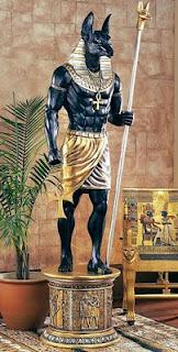 anubisdios egipcio con su baston de mando