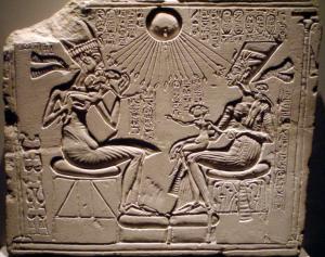 Akhenaton Nefertiti y tres de sus hijas