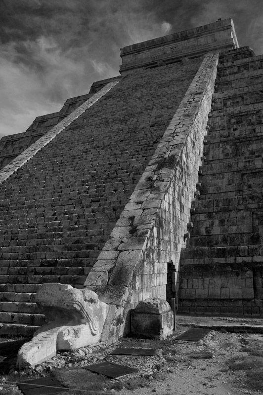 El Castillo Chichen Itza cabeza de serpiente y escalinata