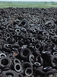 Neumáticos tirados a cielo abierto