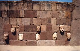 esculturas multirraciales en Tiahuanaco