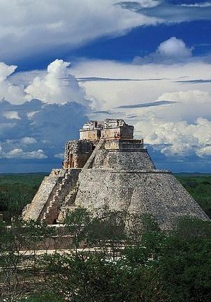 PIRAMIDE DEL ENANO O ADIVINO UXMAL MEXICO