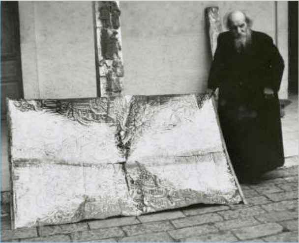 Padre Crespi con lamina de oro cueva de los tayos