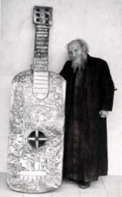 Padre Crespi y una de las piezas de su coleccion