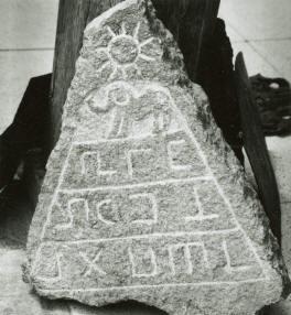 piedra forma piramide con sol animales y signos