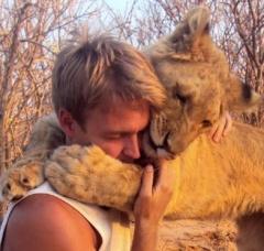 abrazo de leona Sirga