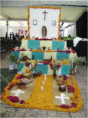 Ofrenda_del_dia_de_los_muertos con camino flores_5
