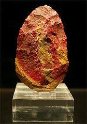 Hacha de mano cuarcita roja, encontrada con restos fósiles humanos de 350,000 años de antigüedad