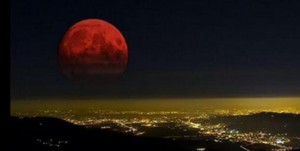Eclipse total de luna sobre la ciudad