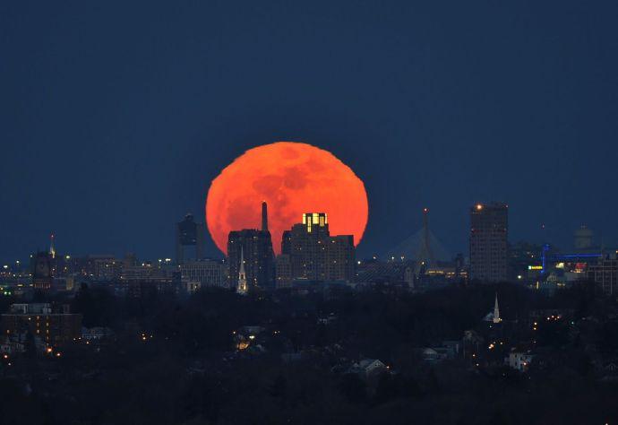 Luna de sangre 3 atras de ciudad