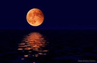 luna roja sobre el mar