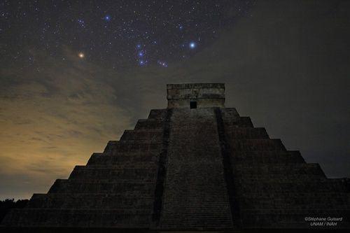 piramide-de-kukulkan-el-castillo-chichen-itza-mexico-y-orion