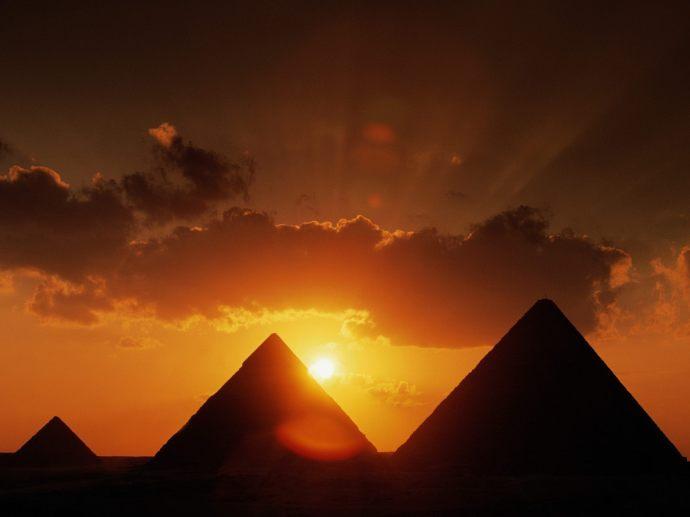 Sol y piramides de Egipto