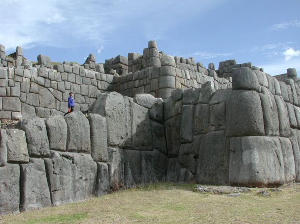 Sacsayhuaman quien la construyo