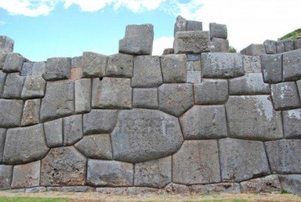 vista-de-la-fortaleza-de-sacsayhuaman-peru1 piedras poligonales
