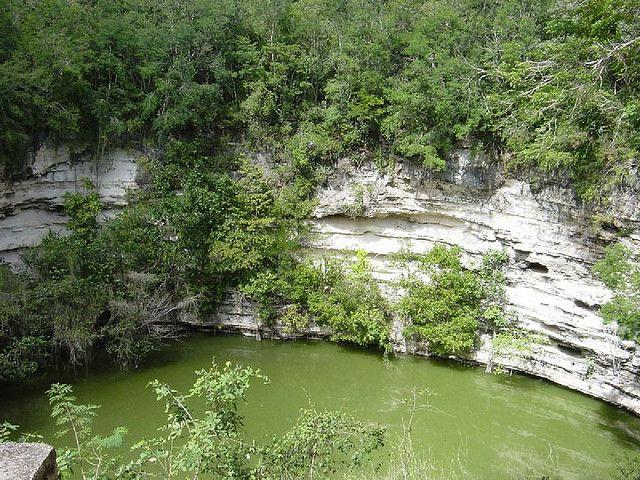Cenote sagrado Chichen Itza Yucatan Mexico