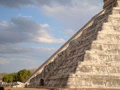 Kukulkan bajando en su templo en Chichen Itza Mexico equinoccio de primavera 2012