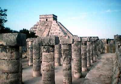 Pirámide de Kukulkán desde el templo de las mil columnas