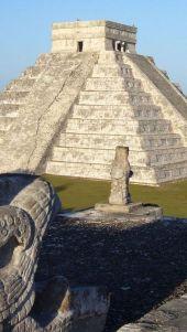 templo Kukulkan Chichen Itza Mexico resplandeciente al Sol