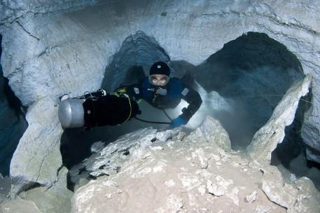 buzos rusos exploran las galerias subacuaticas