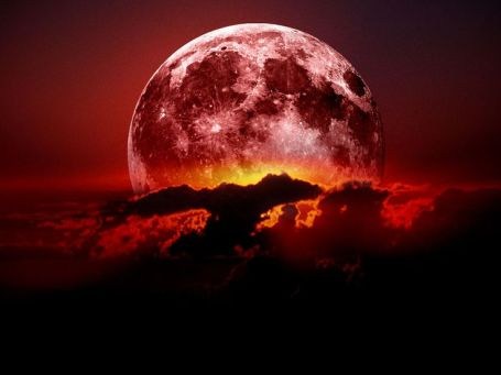 Luna de sangre y celajes
