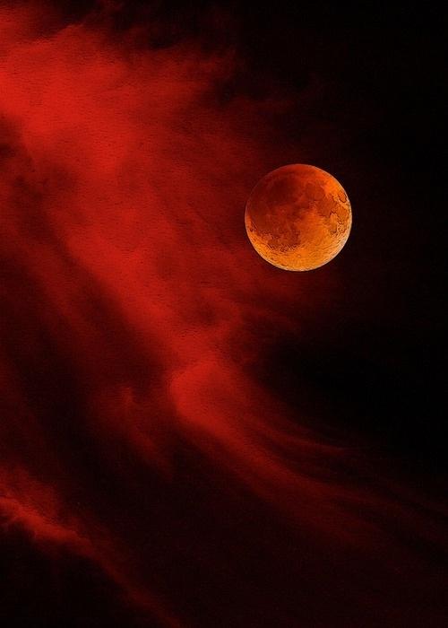 Luna de sangre y nubes