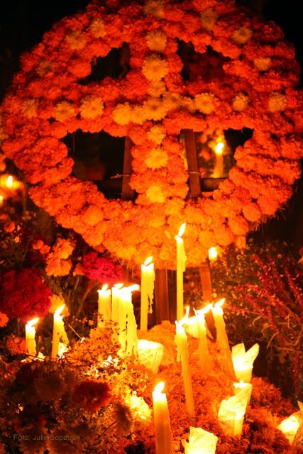 Tumba adornada con flores en Tzintzuntzan Michoacan Foto Julie Sopetran