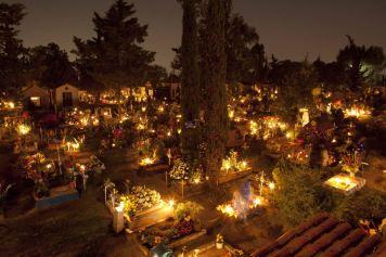 Veladoras iluminan tumbas cementerio de San Gregorio Mexico 1 noviembre 2012.