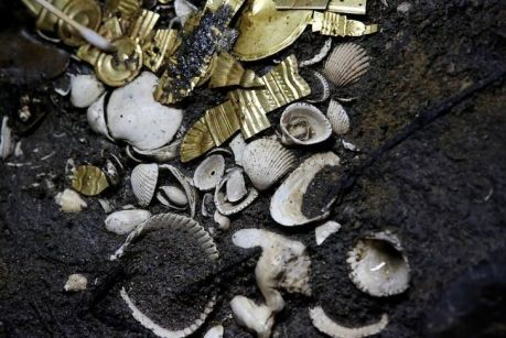 Hallan ofrenda de oro azteca enterrado en Ciudad de Mexico
