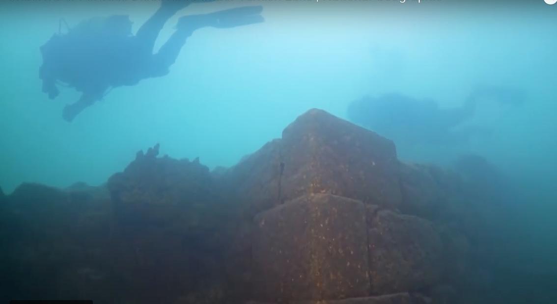 Hallan un castillo de 3.000 años de antigüedad sumergido en un lago de Turquía