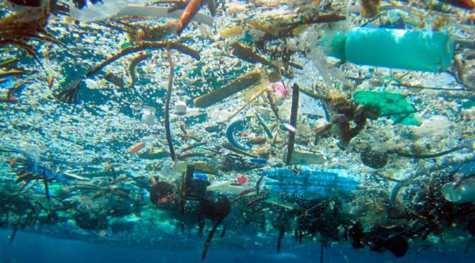 VIDEO Se grabó buceando en un mar de basura para dar un poderoso mensaje